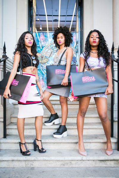 GIRL GROUP PEARLS NEGRAS FOR A PHOTOSHOOT